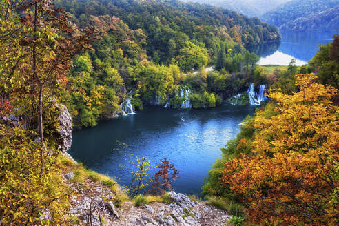 Croatia, Scenic view of lake surrounded by autumn forest in Plitvice Lakes National Park - ABOF00519
