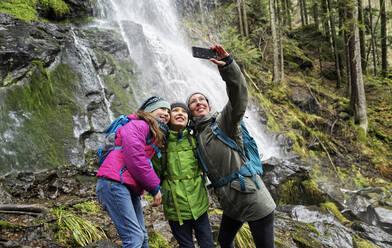 Mutter mit Kindern (8+10) macht Selfie am Zweribachwasserfall im Nordschwarzwald. BW,D. - DIKF00485