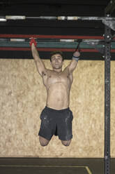 Athlete with an amputated arm doing strength training - SNF00183