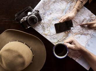 Couple planning safari - VEGF02158