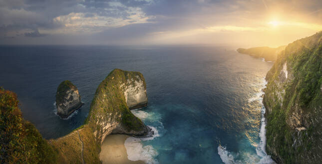 Indonesia, Bali, Nusa Penida, Panorama of cliffs surroundingKelingking Beach at sunset - DVGF00090
