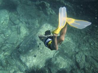 Spain, Catalonia, Cap de Creus, Man snorkeling in turquoise sea - VEGF02233