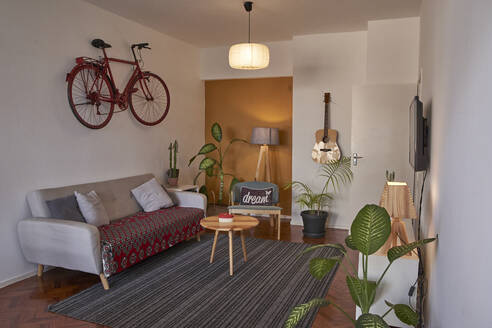 Living room with vintage bicycle hanging on the wall - VEGF02239