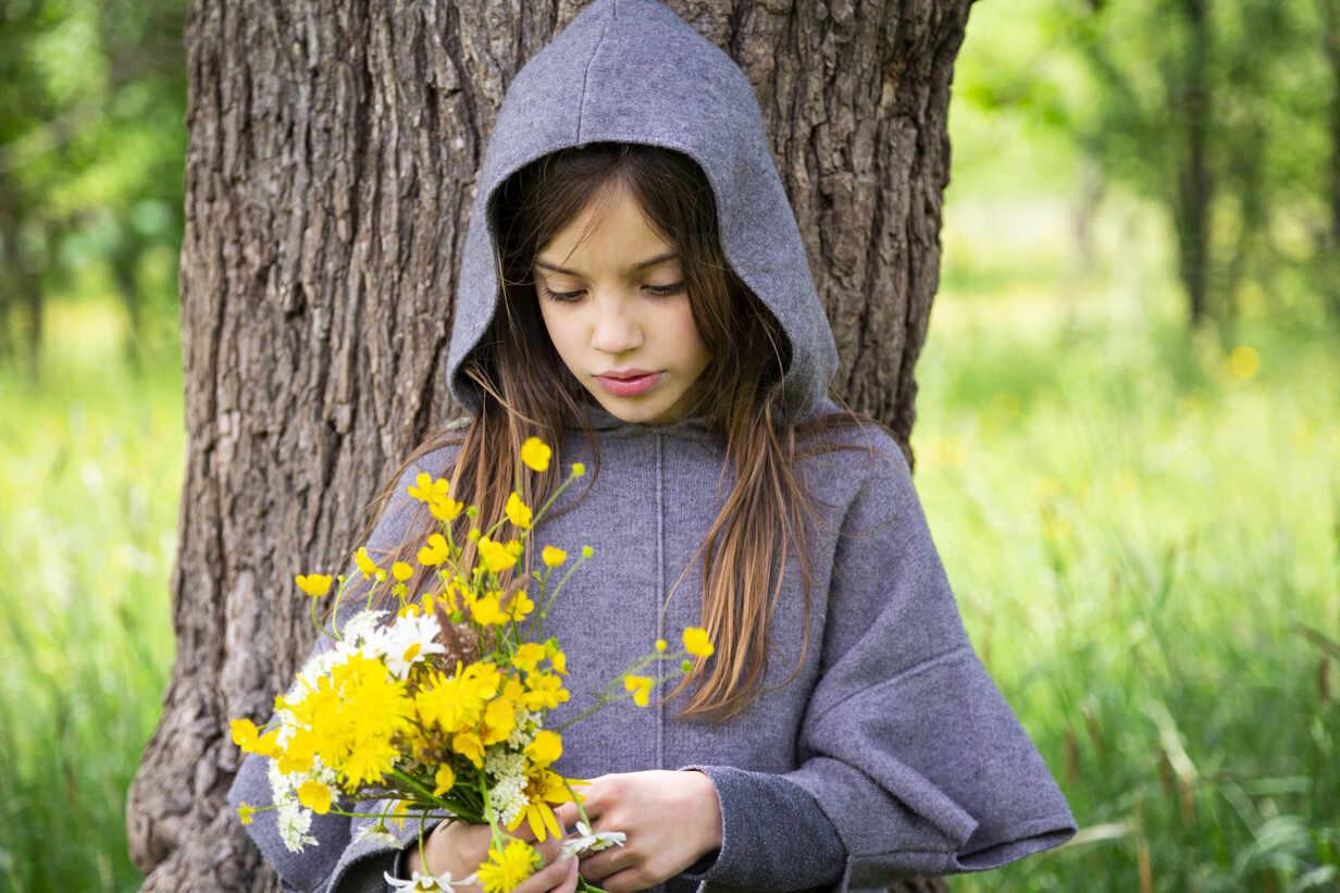 Girl picking yellow wildflowers - LVF08911 - Larissa Veronesi/Westend61