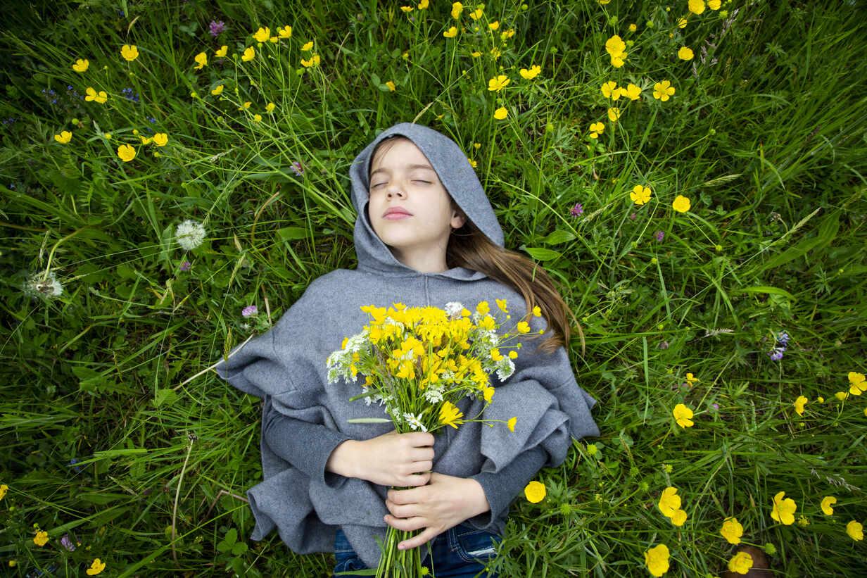 Girl picking yellow wildflowers - LVF08914 - Larissa Veronesi/Westend61