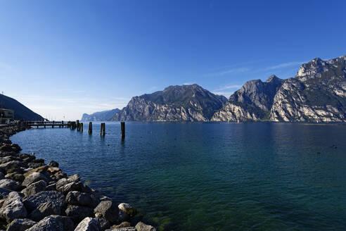 Italy, Trentino, Torbole, Lake Garda surrounded with mountains - UMF00932