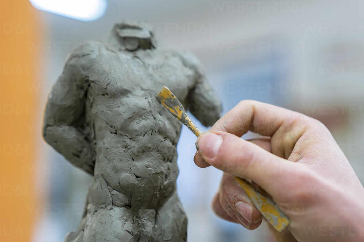 Student forming sculpture - FBAF01576 - Francesco Buttitta/Westend61