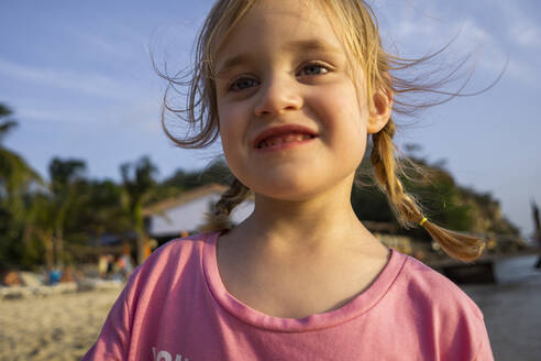 Portrait of smiling little girl on the beach, Willemstad, Curacao - JLOF00422