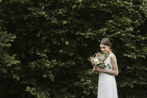 Young woman in elegant wedding dress and bouquet - ALBF01271