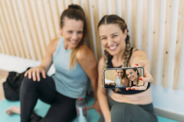 Two sporty women taking a selfie at health club - MPPF00920