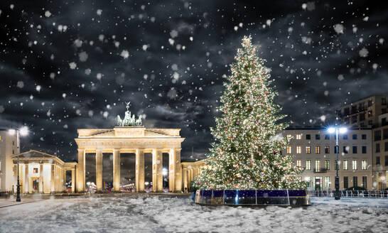 Illuminated Christmas Tree By The Brandenburg Gate - EYF05829