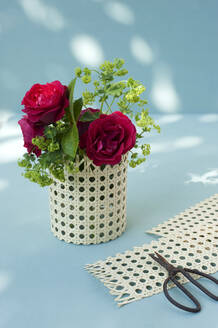 Red roses in Vase made of a jam jar and Viennese braid and scissors - GISF00609
