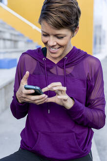 Athletic woman using smartphone - LVVF00088