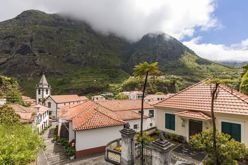 Portugal, Insel Madeira, Nordküste, Sao Vicente, Stadtansicht, Altstadt, Häuser, Kirche, Gasse - WDF06086