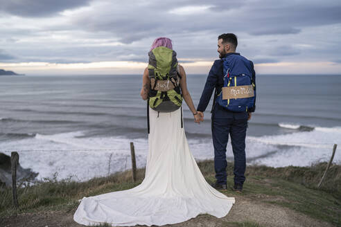 Bridal couple on viewpoint and ocean in the background - SNF00399
