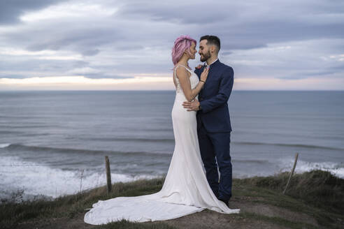 Bridal couple on viewpoint and ocean in the background - SNF00402