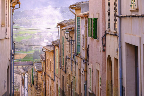 Häuserzeile an steiler Straße in Altstadt, Montuiri, Region Pla de Mallorca, Mallorca, Balearen, Spanien - SIEF09944