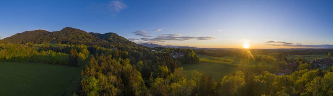 Abendstimmung, Bad Heilbrunn, mit Stallauer Eck und Enzenauer Kopf, Drohnenflug, Oberbayern, Bayern, Deutschland, - LBF03101