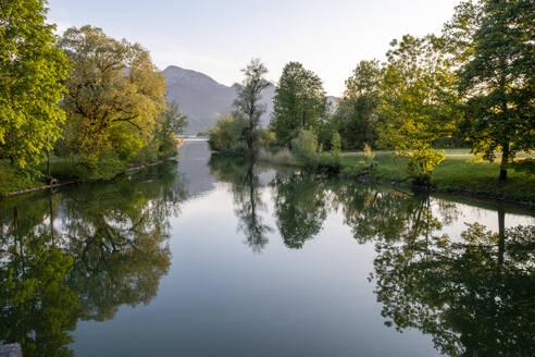 Loisach, Ausfluss aus Kochelsee, Kochel am See, hinten Heimgarten, Loisachtal, Oberbayern, Bayern, Deutschland, - LBF03119