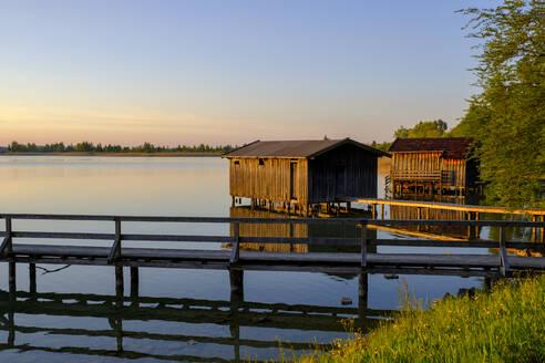 Sonnenuntergang, Bootshäuser am Kochelsee, Kochel am See, Loisachtal, Oberbayern, Bayern, Deutschland, - LBF03122