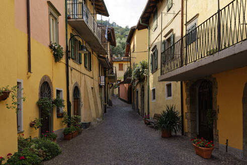 Italy, Lombardy, Monte Isola,Houses and narrow alley - UMF00952