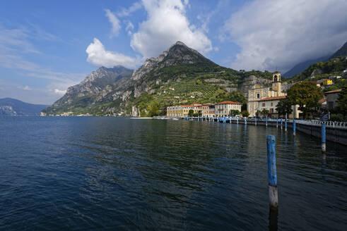 Italy, Lombardy, Marone, Lake Iseo with Corna Trentapassi mountain - UMF00958