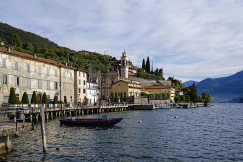 Italy, Lombardy, Riva di Solto, Lake Iseo and town - UMF00967