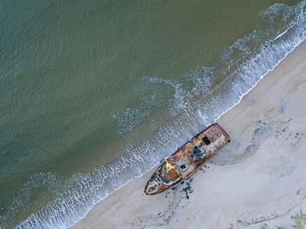 Russia, Murmansk region,KolskyDistrict, Teriberka, Barents Sea, Shipwreck on beach, aerial view - KNTF04756