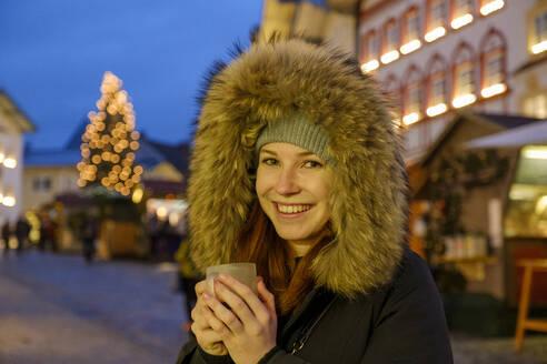 junge Frau mit Glühwein, Christkindlmarkt, Christkindlemarkt, Weihnachten, Bad Tölz, Oberbayern, Bayern, Deutschland, - LBF03132