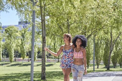 Girlfriends walking in park - PGCF00106