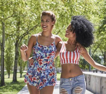 Girlfriends walking in park - PGCF00109