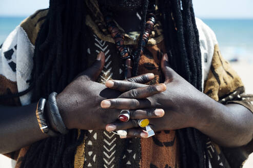 Hands with jeweled rings of man with dreadlocks - JCMF01006