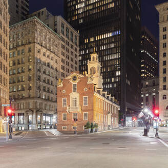 Exterior of the Old State House, Boston, Massachusetts, USA at night, during the Corona virus crisis. - CUF56073