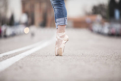 Woman dancer on ballet tips and jeans on the street - ADSF01777