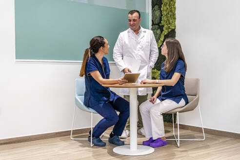 Male and female doctors discussing in dentist's clinic - DLTSF00971
