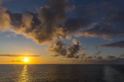 Wolkenformationen, Sonnenuntergang, Aussicht vom Kreuzfahrtschiff auf das Meer, Madagaskar, Afrika, Indischer Ozean - MABF00579