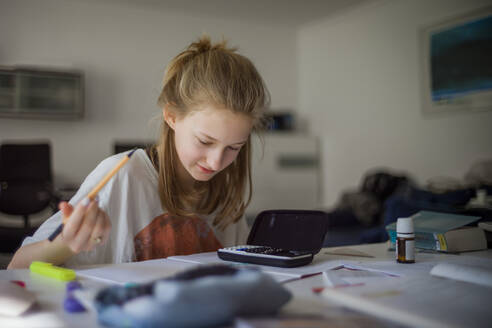 Girl learning at home - DKOF00042