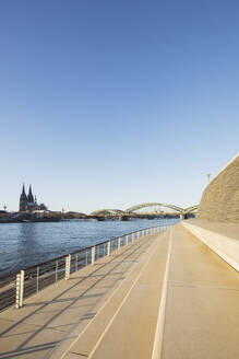 Germany, North Rhine-Westphalia, Cologne, Rheinboulevard with Hohenzollern Bridge and Cologne Cathedral in background - GWF06707