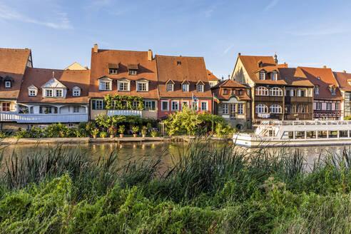 Deutschland, Bayern, Franken, Bamberg, Altstadt, Regnitz, Klein Venedig, ehemalige Fischerhäuser, Ausflugsboot - WDF06150