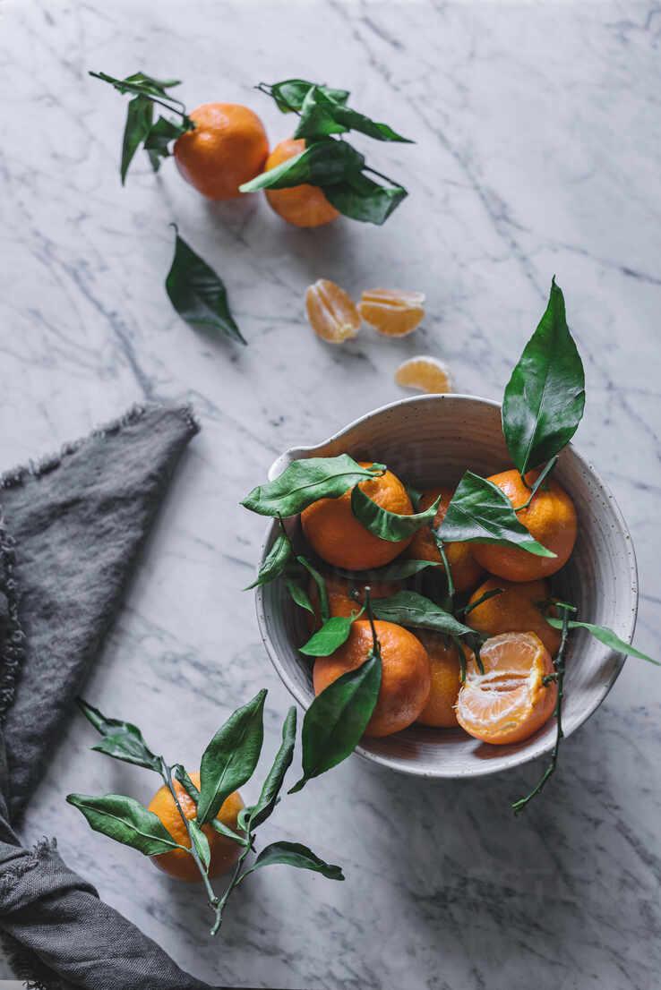 Orange tangerines in ceramic ornamental bowl on marble table - ADSF14698 - ADDICTIVE STOCK CREATIVES/Westend61