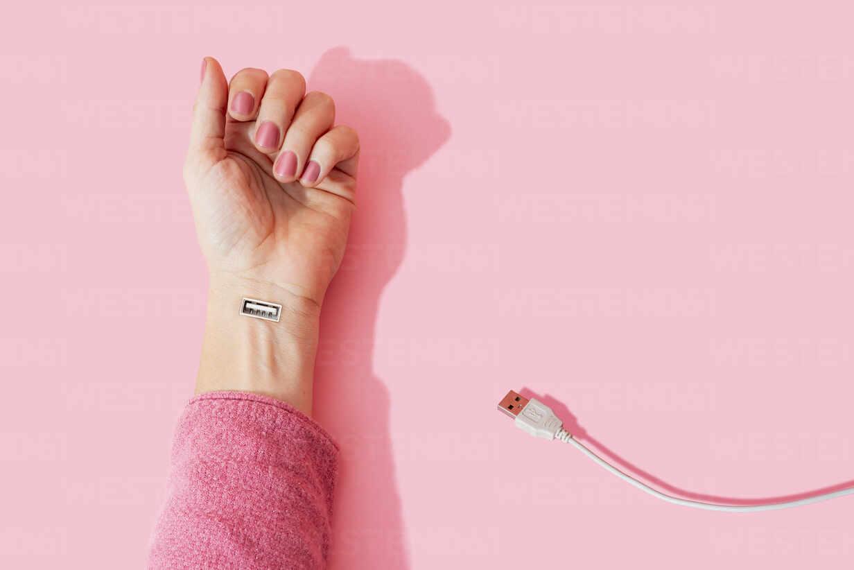Digital composite image of female hand with USB port - GEMF04279 - Gemma Ferrando/Westend61