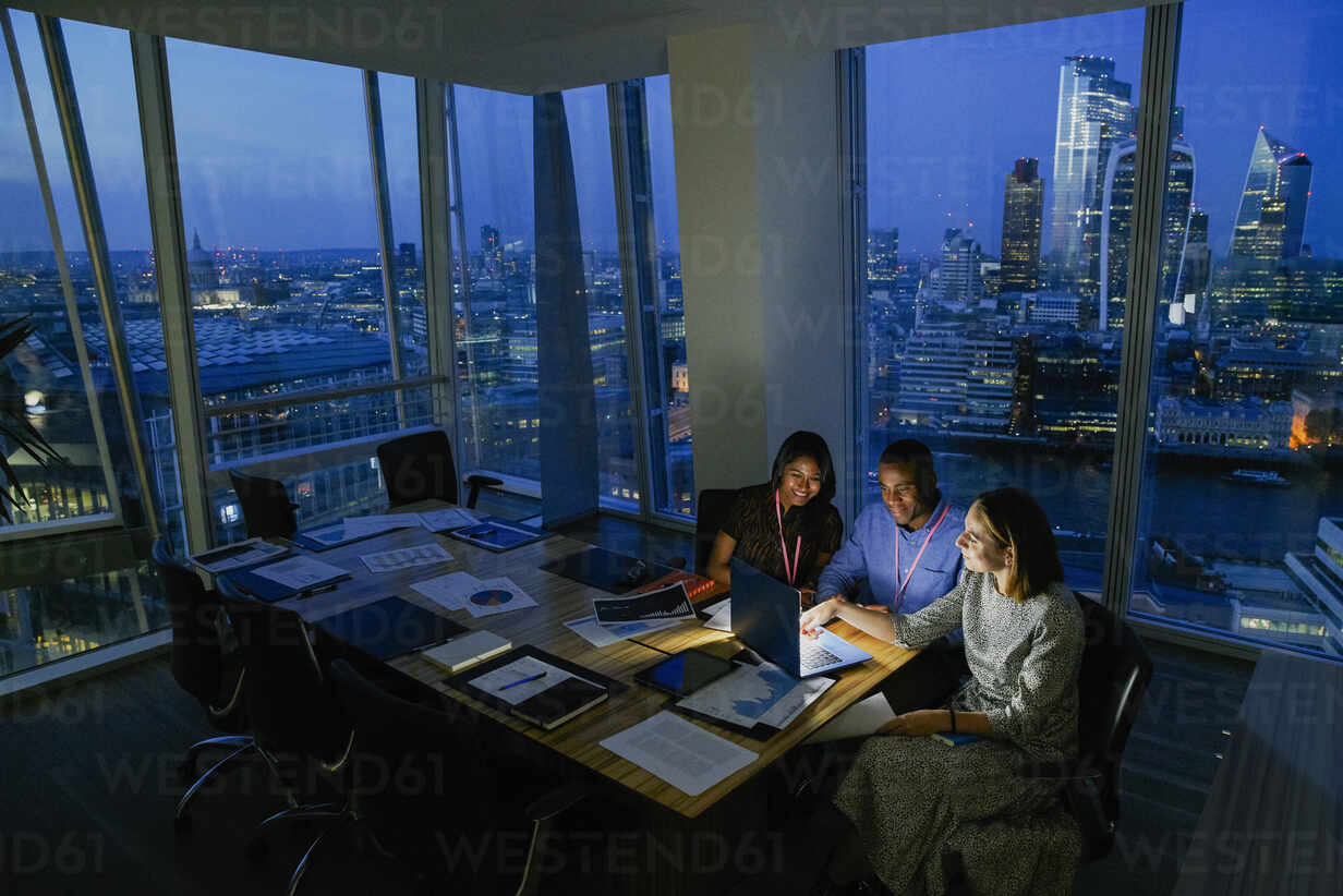 Business people working late in highrise office, London, UK - CAIF29978 - Chris Ryan/Westend61