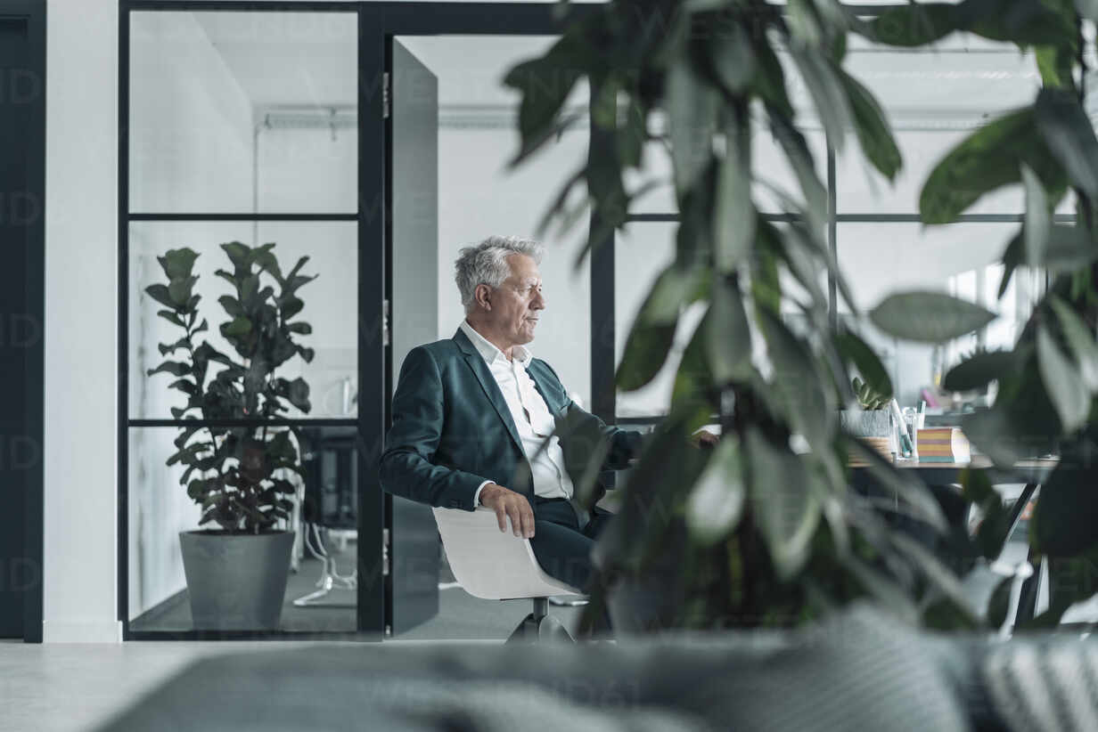 Businessman sitting on chair at office - GUSF04516 - Gustafsson/Westend61