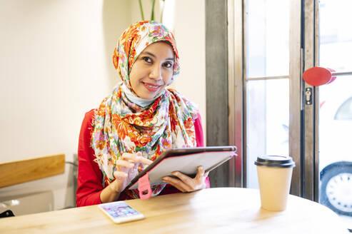 Muslim Malaysian woman in Madrid, Spain - JCMF01599