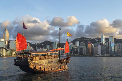 Junk boat and skyline of Hong Kong Island, Hong Kong, China, Asia - RHPLF18241