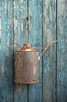 Rusty oil can hanging on old wooden wall - GISF00701