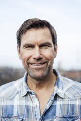 Smiling mature man against sky - JOSEF02698