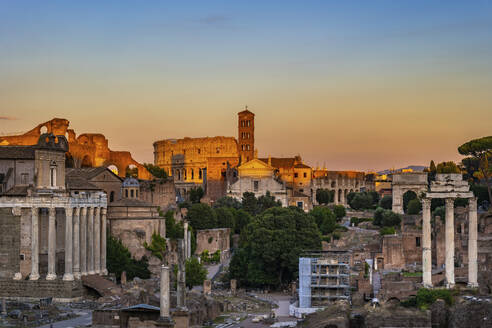 Italy, Rome, cityscape of an ancient Roman city at sunset with ruins of Forum Romanum - ABOF00628