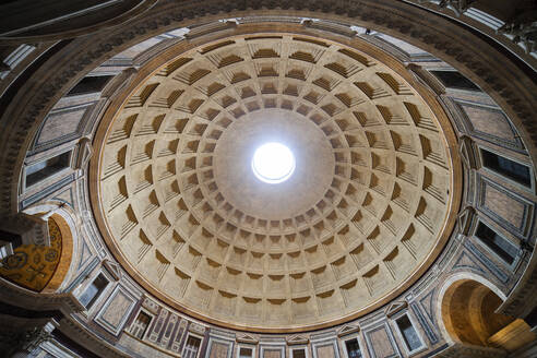 Italy, Rome, Pantheon church interior dome with oculus, ancient Roman temple from 113–125 AD - ABOF00646