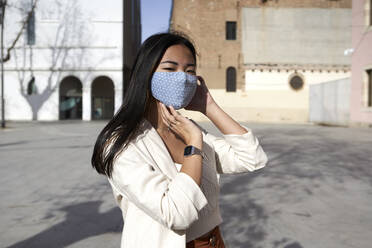 Stylish Asian woman in the city. Barcelona, Spain. - VEGF03968